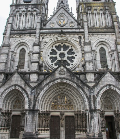 Predné priečelie katedrály St. Fin Barre.