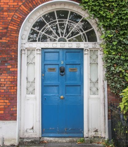 Tehlové domy a farebné vchodové dvere.
