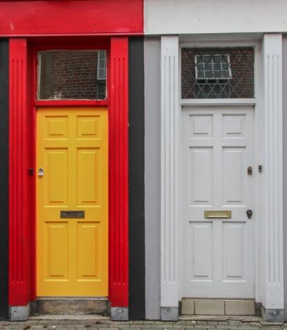 Farebné dvere nechýbali ani tu.