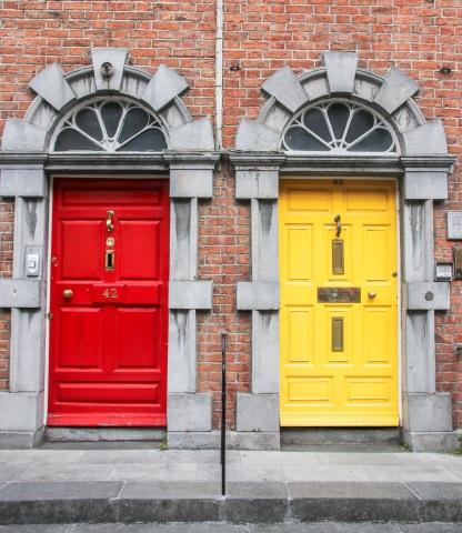 Dvere budovy z viktoránskeho obdobia v Kilkenny.