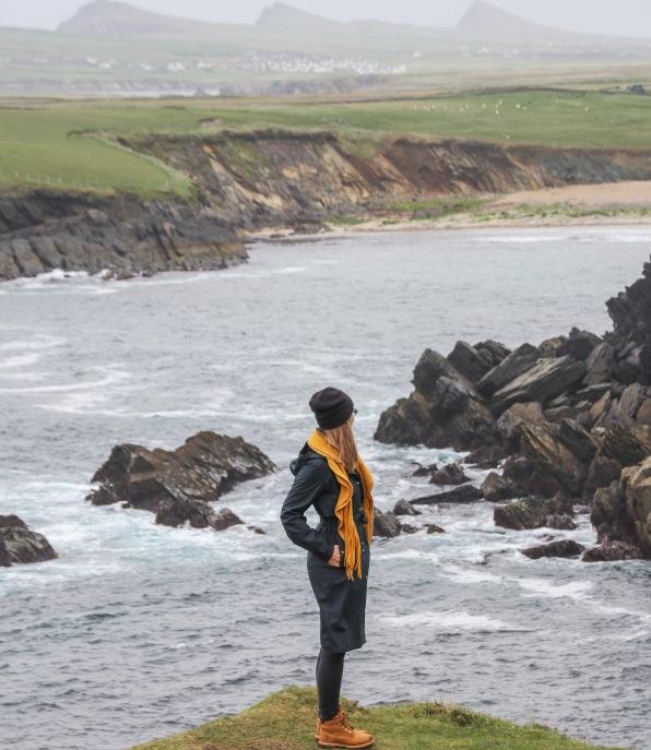 Výhľad na Sybil Point, pláž Clogher. V pozadí vidieť Three Sisters.