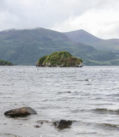 Jazero Lough Leane z pobrežia pri Mucross Abbey.