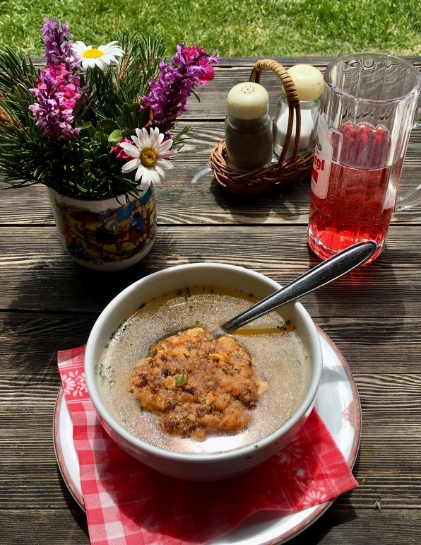 Kaspressknödel Suppe na Palfneralme - Žemlová knedľa so syrom v hovädzom vývare.